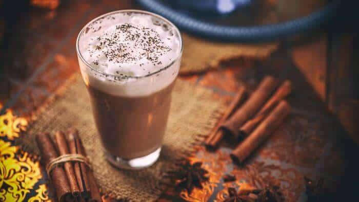 chai te latte chai, chai te, guide, historie, hvad er, hvordan fremstilles, koffein, krydderier, mælk, sort te, sødemiddel, te
