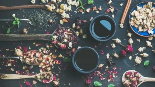 kinesisk sort te med urter